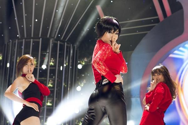 Mở đầu chương trình là tiết mục của Vy Oanh khi hóa thân thành Ji Yeon (nhóm T-Ara).
