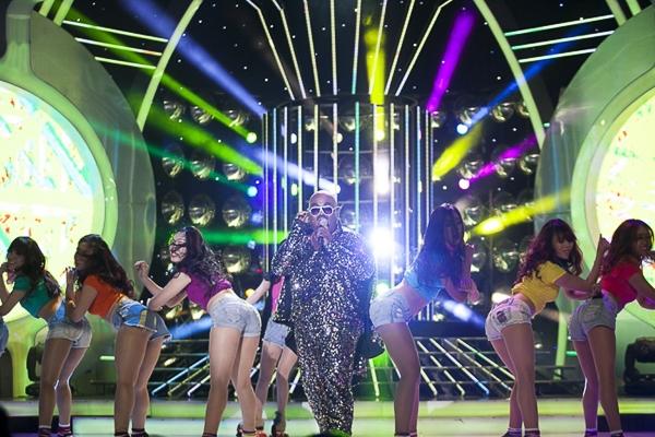 Khi Vương Khang vừa xuất hiện trên sân khấu, cả khán phòng ồ lên ngạc nhiên thích thú khi cậu ca sĩ giống với phiên bản chính đến ngỡ ngàng. Duy chỉ có khi anh cất giọng lên thì người ngeh mới bắt đầu thấy một chút khác biệt.
