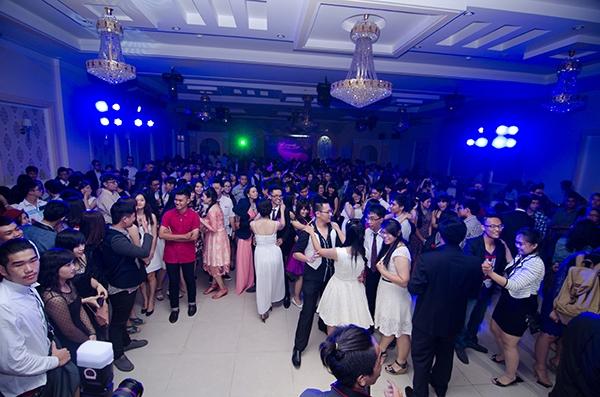 Các bạn học sinh đã đến địa điểm tổ chức từ rất sớm, ai ai cũng đều không giấu được vẻ háo hức, vui mừng trước đêm tiệc hoành tráng này