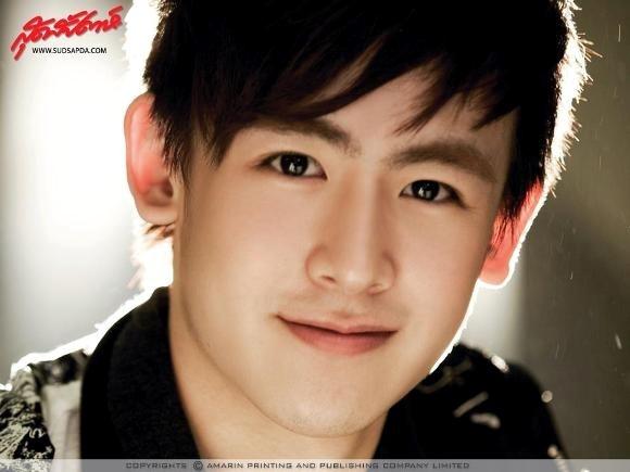 Nichkhun là thành viên người Thái trong nhóm 2PM.