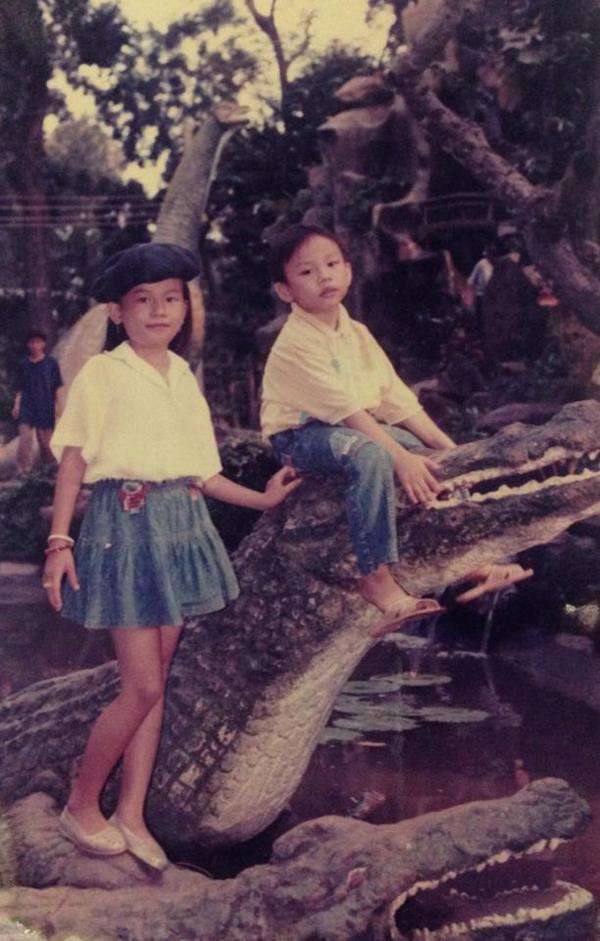 """2 chị em Sĩ Thanh trông rất """"hổ báo"""" khi dám leo lên mình cá sấu """"giả"""" để chụp hình."""