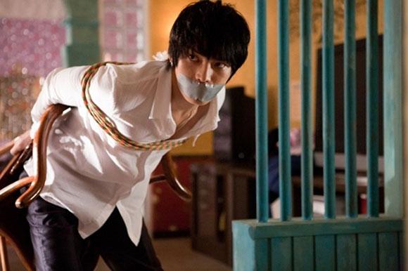 """Jaejoong bị trói trong 60% cảnh quay phim """"Jackal is coming"""", cùng với tóc tai rối linh tinh, áo quần xộc xệch, thậm chí còn phải căng phồng bụng của mình lên"""