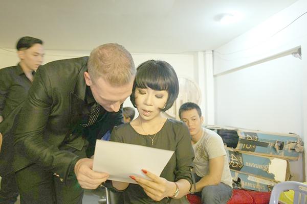 """Kyo York chỉ mới học tiếng Việt vài năm, nhưng khả năng """"chặt chém"""" không thua gì Trác Thuý Miêu.Ngay phần mở đầu, Trác Thúy Miêu cho thấy sự nhanh nhạy của mình trong đối đáp."""