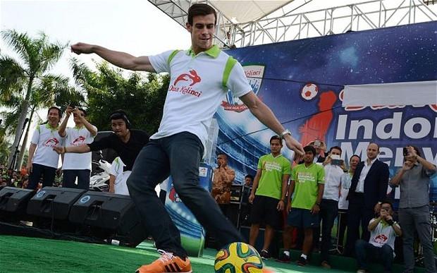 Bale trình diễn trước đám đông khán giả Indonesia - Ảnh: Reuters