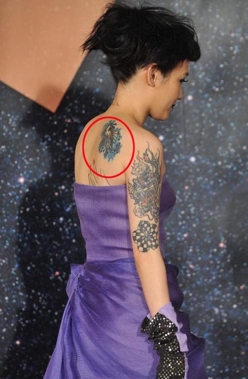 Bên cạnh đó, mẫu xăm sắc màu ở bả vai phải của cô cũng khiến nhiều người tò mò về ý nghĩa của nó.