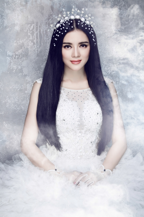 Kèm theo lá thư là hình ảnh Lý Nhã Kỳ trong bộ váy cô dâu được gửi tới giới truyền thông - Tin sao Viet - Tin tuc sao Viet - Scandal sao Viet - Tin tuc cua Sao - Tin cua Sao