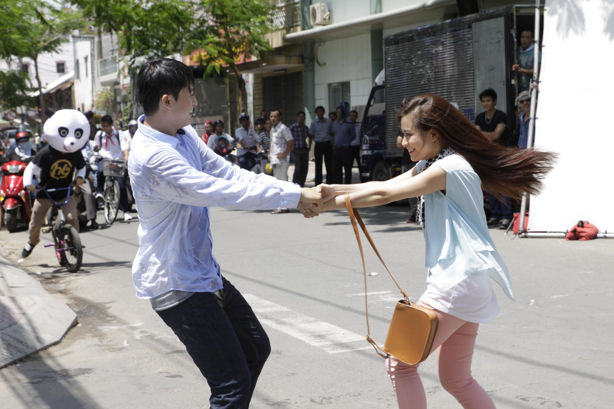 Harry Lu và Hoàng Thùy Linh trong một cảnh quay cho dự án mới nhất của họ