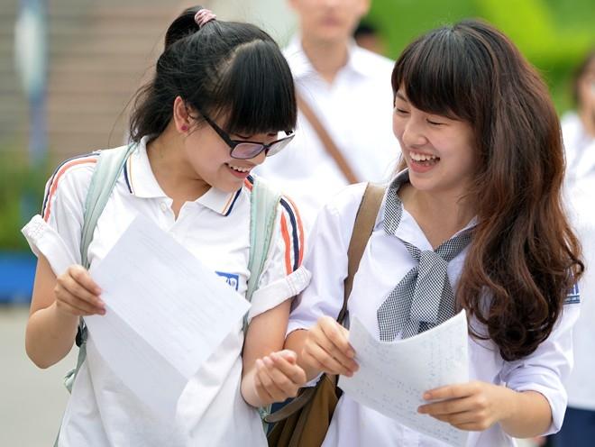 Nụ cười tươi tắn của nữ sinh thi tại hội đồng chuyên Hà Nội - Amsterdam. Ảnh: Lê Hiếu.