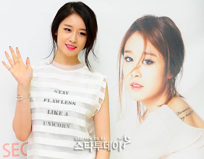 Jiyeon hào hứng tổ chức buổi ký tặng fan đầu tiên