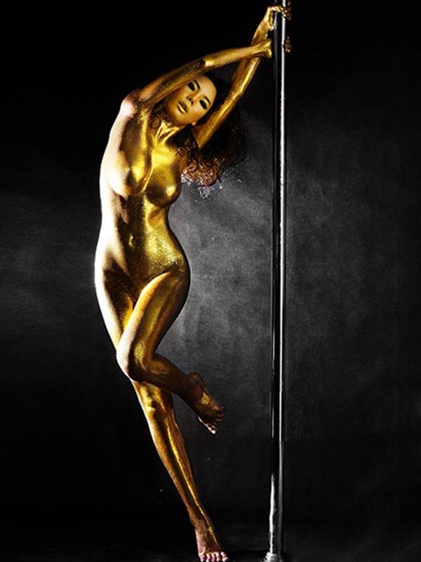 Siêu mẫu phong cách 2013 Lan Hương từng tung bộ ảnh ấn tượng với cây múa cột. Người đẹp dát dầu bóng ánh vàng lên cơ thể khỏa thân và trổ tài múa cột. - Tin sao Viet - Tin tuc sao Viet - Scandal sao Viet - Tin tuc cua Sao - Tin cua Sao