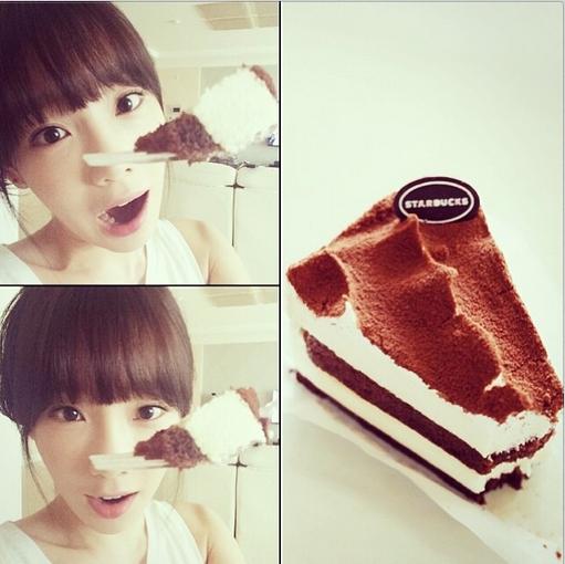 Taeyeon khoe hình tạo dáng bên chiếc bánh cực đáng yêu