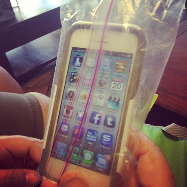 Nhét iPhone vào túi kéo để bảo vệ
