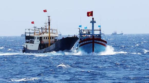 Lộ clip ghi lại cảnh tàu lớn Trung Quốc đâm chìm tàu cá Việt Nam