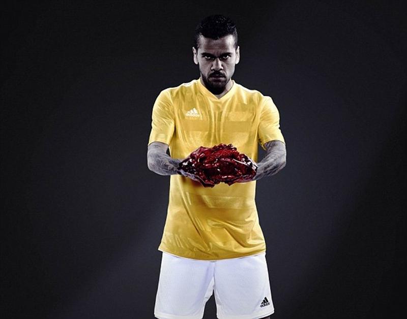 Tất nhiên, Adidas không thể bỏ qua một ngôi sao của đội tuyển Brazil như Daniel Alves