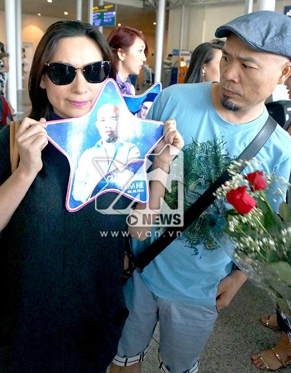 Ca sĩ Phi Nhung với tấm hình của nhạc sĩ Huy Tuấn - Tin sao Viet - Tin tuc sao Viet - Scandal sao Viet - Tin tuc cua Sao - Tin cua Sao