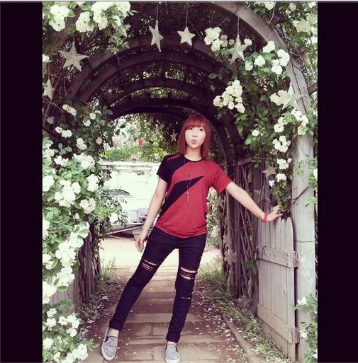 Minzy đăng tải hình tạo dáng đáng yêu như học sinh