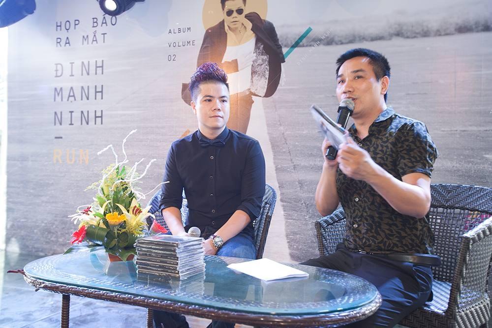 """Đinh Mạnh Ninh và nhà báo Ngô Bá Lục tại buổi giới thiệu album """"Run"""""""