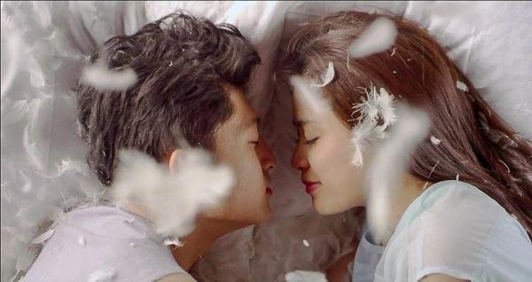"""Hổng biết cặp đôi này bị rơi vào """"xứ sở"""" nào mà hai người thức giấc với """"lông trắng"""" phủ đầy người"""