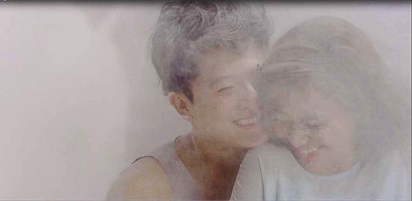Xứ sở nào mà dù bị bụi bay vào mắt, cặp đôi này vẫn cười toe toét?