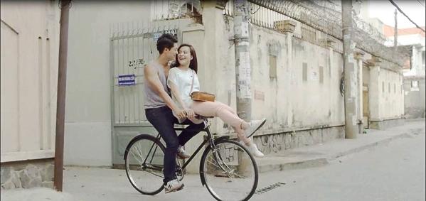 Người đẹp Hà Thành ngồi trên ghi đông xe đạp khiến anh chàng không vững tay lái chăng?