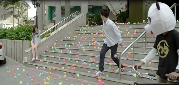 Nghi án làm bể nhà bóng thiếu nhi nên bóng bay tùm lum đầy cầu thang thế này