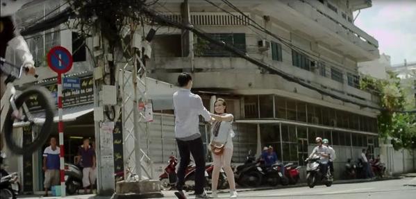Teen quá chừng kìa, họ nắm tay nhau quay chong chóng công khai giữa trưa nắng Sài Gòn. Ai sẽ là người chóng mặt trước nhỉ?