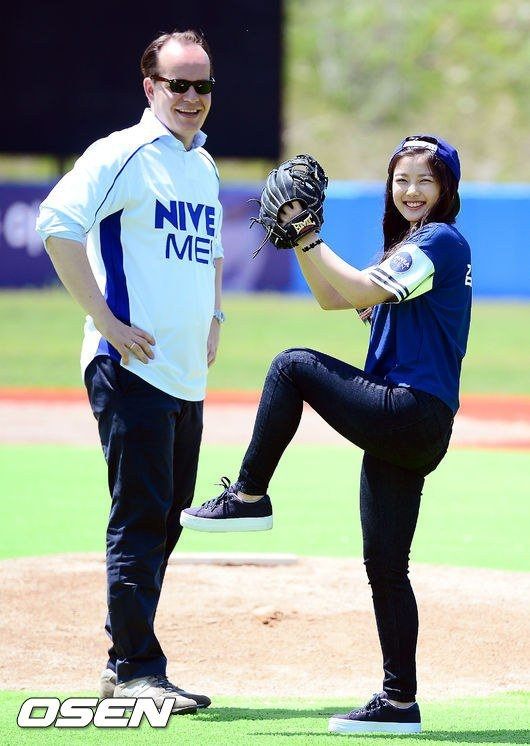 Sao nhí Kim Yoo Jung rạng rỡ giữa sân bóng chày