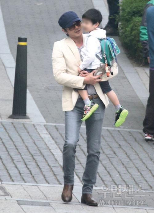 Jang Dong Gun đón con đi học