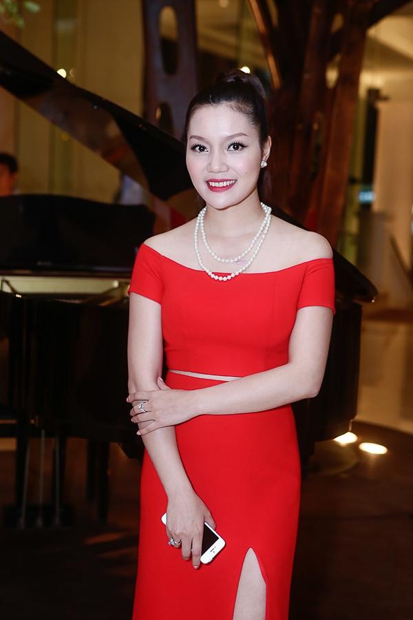 Cô mặc một chiếc váy màu đỏ ấn tượng và được cắt cúp rất hợp lý. Ngọc Anh xuất hiện với gương mặt thanh thoát hơn, chiếc cằm thon gọn - Tin sao Viet - Tin tuc sao Viet - Scandal sao Viet - Tin tuc cua Sao - Tin cua Sao