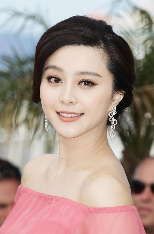 """Phạm Băng Băng không chỉ sở hữu gương mặt V-line, mà còn là làn da mượt mà không tì vết. Với nước da trắng ngần, cô còn được khán giả ưu ái dành tặng nickname """"Bạch Tuyết""""."""