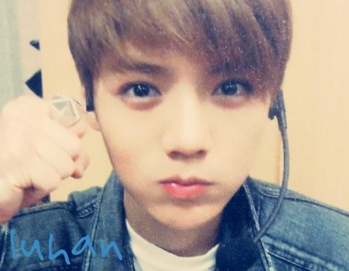 """Chàng """"hoàng tử cổ tích"""" Luhan của EXO khiến fan đổ gục bởi ngoại hình dễ thương, baby. Thế mạnh của Luhan nằm trên gương mặt đẹp tựa hoa cùng đôi mắt nai cuốn hút, đôi môi trái tim làm nhiều người siêu lòng. Lợi dụng thế mạnh của mình, anh chàng này luôn có những biểu cảm đáng yêu như chu môi, phồng má."""