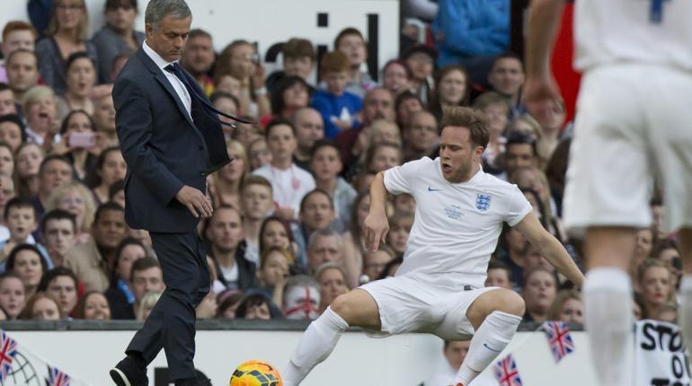 HLV Mourinho bất ngờ đoạt bóng trong chân Olly Murs