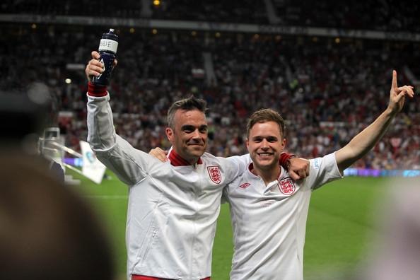 Ca sỹ Robbie Williams buộc phải bỏ lỡ trận đấu vì chấn thương