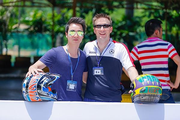 Đăng Khôi chụp hình cùng ông Dirk - Giám đốc Marketing của hãng xe hơi mà Đăng Khôi làm đại diện - Tin sao Viet - Tin tuc sao Viet - Scandal sao Viet - Tin tuc cua Sao - Tin cua Sao