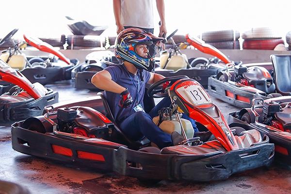 Trên chiếc mô hình xe đua Go Kart, Đăng Khôi và Dương Khắc Linh được trải nghiệm cảm giác mạnh khi tăng tốc, ôm cua và cả những pha va chạm ở đường đua giả lập công thức một. - Tin sao Viet - Tin tuc sao Viet - Scandal sao Viet - Tin tuc cua Sao - Tin cua Sao