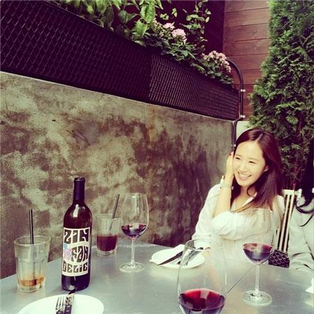 Yuri khoe hình xinh tươi bên bữa tiệc rượu vang