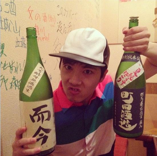 """Lee Hong Ki tạo dáng """"làm trò"""" bên hai chai rượu cực to"""