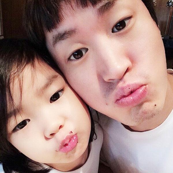 Tablo khoe hình tự sướng cực đáng yêu cùng con gái Haru