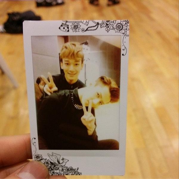 Bên cạnh đó, anh chàng còn khoe hình tạo dáng cực đáng yêu bên thành viên Chen