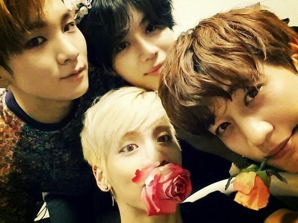 Jonghyun khoe hình SHINee tạo dáng bên bông hồngnhưng thiếu Onew