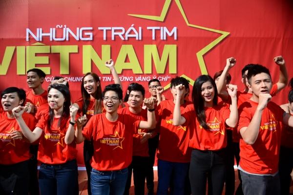 Hơn 100 văn nghệ sĩ và gần 1000 thanh niên, sinh viên, học sinh đã nhận lời tình nguyện tham gia chương trình để bày tỏtình cảm, dành trọn trái tim yêu thương cho Tổ Quốc.  - Tin sao Viet - Tin tuc sao Viet - Scandal sao Viet - Tin tuc cua Sao - Tin cua Sao