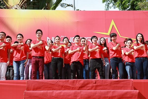 Đông Nhi và Ông Cao Thắng cùng 1300 người hòa ca kêu gọi yêu nước - Tin sao Viet - Tin tuc sao Viet - Scandal sao Viet - Tin tuc cua Sao - Tin cua Sao