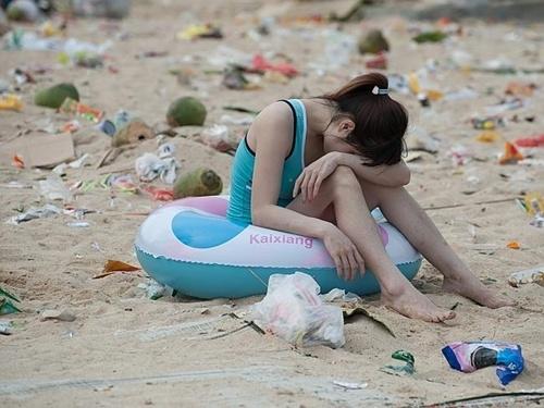 Theo News.com.au, 362 tấn rác bị thải ra dọc bãi biển khiến khu vực trông giống một vùng thảm họa hơn một điểm nghỉ dưỡng. Ảnh: Splash News Australia.