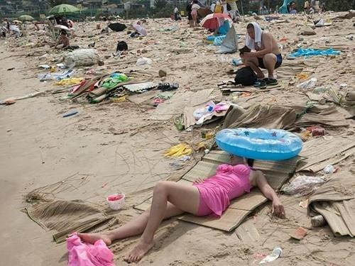 Bãi biển Dameisha ở thành phố Thâm Quyến, tỉnh Quảng Đông, nổi tiếng đông người đặc biệt vào những mùa nghỉ dưỡng, dù có diện tích lên tới 160.000 m2. Ảnh: Splash News Australia.