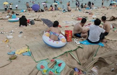 Số lượng khách đến bãi biển này vào dịp lễ hội cao kỷ lục, nhưng cũng kéo theo những mặt tiêu cực. Ảnh: Barcroft