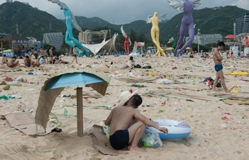 Khoảng 48.000 người ngủ qua đêm tại bãi biển hôm 1/6. Ảnh: Barcroft.