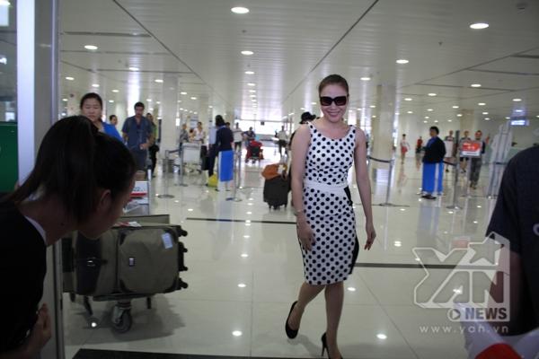 Sau chuyến bay dài nữ ca sĩ vẫn rất rạng rỡ và xinh đẹp - Tin sao Viet - Tin tuc sao Viet - Scandal sao Viet - Tin tuc cua Sao - Tin cua Sao
