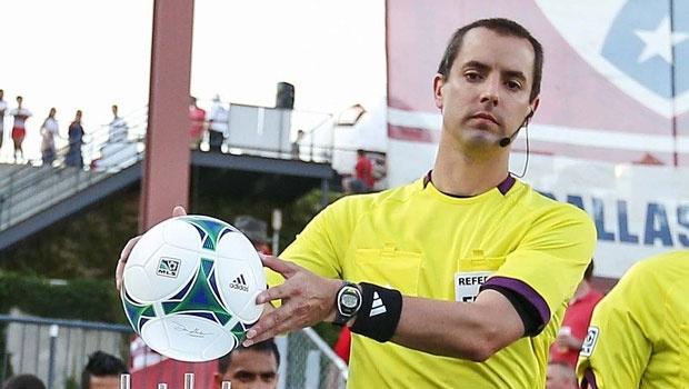 Các trọng tài bắt chính tại World Cup 2014 được trang bị đồng hồ siêu xịn