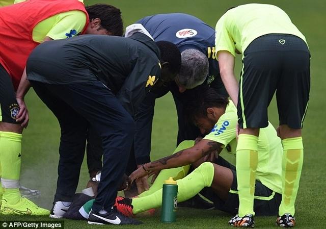 Các nhân viên y tế chăm sóc cho Neymar