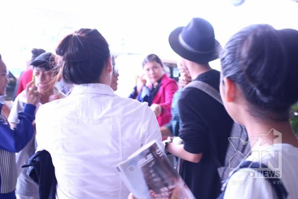 Trở về cùng chuyến đi với Mỹ Tâm, Sơn Tùng đã khéo léo chọn một cửa ra khác tránh gây thêm ồn ào tại sân bay thế nhưng anh đã bị khá nhiều bạn trẻ nhận ra và vây lấy - Tin sao Viet - Tin tuc sao Viet - Scandal sao Viet - Tin tuc cua Sao - Tin cua Sao